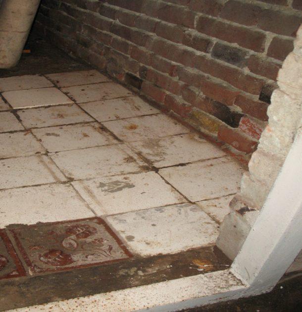 Ось у цьому підвалі, під цією плиткою було заховано прапор
